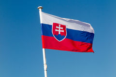 Η σημαία της Σλοβακίας που κυματίζει κάτω από το μπλε ουρανό Στοκ Εικόνα