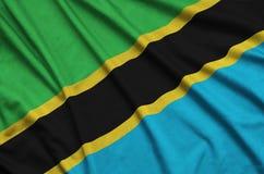 Η σημαία της Τανζανίας απεικονίζεται σε ένα ύφασμα αθλητικών υφασμάτων με πολλές πτυχές Έμβλημα αθλητικών ομάδων στοκ εικόνα με δικαίωμα ελεύθερης χρήσης