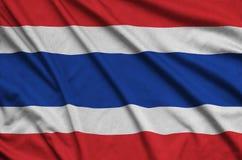 Η σημαία της Ταϊλάνδης απεικονίζεται σε ένα ύφασμα αθλητικών υφασμάτων με πολλές πτυχές Έμβλημα αθλητικών ομάδων στοκ εικόνα με δικαίωμα ελεύθερης χρήσης