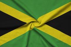 Η σημαία της Τζαμάικας απεικονίζεται σε ένα ύφασμα αθλητικών υφασμάτων με πολλές πτυχές Έμβλημα αθλητικών ομάδων στοκ φωτογραφία με δικαίωμα ελεύθερης χρήσης