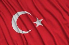 Η σημαία της Τουρκίας απεικονίζεται σε ένα ύφασμα αθλητικών υφασμάτων με πολλές πτυχές Έμβλημα αθλητικών ομάδων στοκ εικόνες