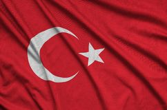 Η σημαία της Τουρκίας απεικονίζεται σε ένα ύφασμα αθλητικών υφασμάτων με πολλές πτυχές Έμβλημα αθλητικών ομάδων στοκ φωτογραφίες με δικαίωμα ελεύθερης χρήσης
