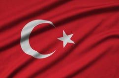 Η σημαία της Τουρκίας απεικονίζεται σε ένα ύφασμα αθλητικών υφασμάτων με πολλές πτυχές Έμβλημα αθλητικών ομάδων στοκ φωτογραφίες