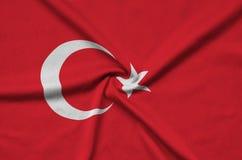 Η σημαία της Τουρκίας απεικονίζεται σε ένα ύφασμα αθλητικών υφασμάτων με πολλές πτυχές Έμβλημα αθλητικών ομάδων στοκ εικόνα