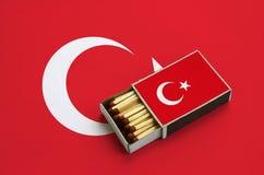 Η σημαία της Τουρκίας παρουσιάζεται σε ένα ανοικτό σπιρτόκουτο, το οποίο γεμίζουν με τις αντιστοιχίες και βρίσκεται σε μια μεγάλη στοκ εικόνα