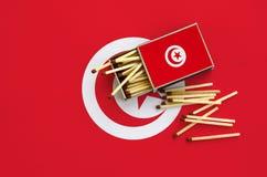 Η σημαία της Τυνησίας παρουσιάζεται σε ένα ανοικτό σπιρτόκουτο, από το οποίο διάφορες αντιστοιχίες αφορούν και βρίσκονται μια μεγ στοκ εικόνα με δικαίωμα ελεύθερης χρήσης