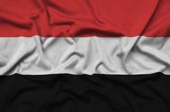 Η σημαία της Υεμένης απεικονίζεται σε ένα ύφασμα αθλητικών υφασμάτων με πολλές πτυχές Έμβλημα αθλητικών ομάδων στοκ εικόνες με δικαίωμα ελεύθερης χρήσης