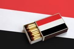Η σημαία της Υεμένης παρουσιάζεται σε ένα ανοικτό σπιρτόκουτο, το οποίο γεμίζουν με τις αντιστοιχίες και βρίσκεται σε μια μεγάλη  στοκ εικόνες