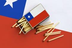 Η σημαία της Χιλής παρουσιάζεται σε ένα ανοικτό σπιρτόκουτο, από το οποίο διάφορες αντιστοιχίες αφορούν και βρίσκονται μια μεγάλη στοκ φωτογραφία με δικαίωμα ελεύθερης χρήσης