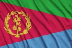 Η σημαία της Eritrea απεικονίζεται σε ένα ύφασμα αθλητικών υφασμάτων με πολλές πτυχές Έμβλημα αθλητικών ομάδων στοκ φωτογραφία με δικαίωμα ελεύθερης χρήσης