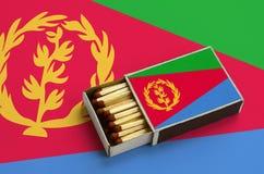 Η σημαία της Eritrea παρουσιάζεται σε ένα ανοικτό σπιρτόκουτο, το οποίο γεμίζουν με τις αντιστοιχίες και βρίσκεται σε μια μεγάλη  στοκ φωτογραφίες με δικαίωμα ελεύθερης χρήσης
