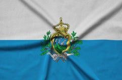 Η σημαία του Άγιου Μαρίνου απεικονίζεται σε ένα ύφασμα αθλητικών υφασμάτων με πολλές πτυχές Έμβλημα αθλητικών ομάδων στοκ εικόνες