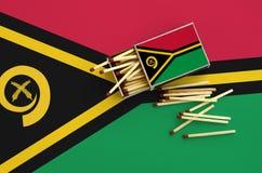 Η σημαία του Βανουάτου παρουσιάζεται σε ένα ανοικτό σπιρτόκουτο, από το οποίο διάφορες αντιστοιχίες αφορούν και βρίσκονται μια με στοκ φωτογραφία με δικαίωμα ελεύθερης χρήσης