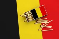 Η σημαία του Βελγίου παρουσιάζεται σε ένα ανοικτό σπιρτόκουτο, από το οποίο διάφορες αντιστοιχίες αφορούν και βρίσκονται μια μεγά στοκ φωτογραφίες