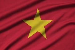 Η σημαία του Βιετνάμ απεικονίζεται σε ένα ύφασμα αθλητικών υφασμάτων με πολλές πτυχές Έμβλημα αθλητικών ομάδων στοκ εικόνες