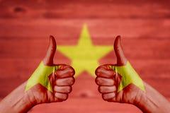 Η σημαία του Βιετνάμ που χρωματίζεται σε ετοιμότητα θηλυκά φυλλομετρεί επάνω Στοκ φωτογραφία με δικαίωμα ελεύθερης χρήσης