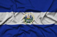 Η σημαία του Ελ Σαλβαδόρ απεικονίζεται σε ένα ύφασμα αθλητικών υφασμάτων με πολλές πτυχές Έμβλημα αθλητικών ομάδων στοκ φωτογραφίες με δικαίωμα ελεύθερης χρήσης