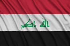 Η σημαία του Ιράκ απεικονίζεται σε ένα ύφασμα αθλητικών υφασμάτων με πολλές πτυχές Έμβλημα αθλητικών ομάδων στοκ εικόνες με δικαίωμα ελεύθερης χρήσης