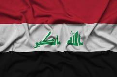 Η σημαία του Ιράκ απεικονίζεται σε ένα ύφασμα αθλητικών υφασμάτων με πολλές πτυχές Έμβλημα αθλητικών ομάδων στοκ φωτογραφία