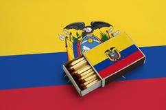 Η σημαία του Ισημερινού παρουσιάζεται σε ένα ανοικτό σπιρτόκουτο, το οποίο γεμίζουν με τις αντιστοιχίες και βρίσκεται σε μια μεγά στοκ εικόνα με δικαίωμα ελεύθερης χρήσης