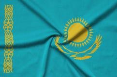Η σημαία του Καζακστάν απεικονίζεται σε ένα ύφασμα αθλητικών υφασμάτων με πολλές πτυχές Έμβλημα αθλητικών ομάδων στοκ φωτογραφία με δικαίωμα ελεύθερης χρήσης