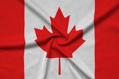 Η σημαία του Καναδά απεικονίζεται σε ένα ύφασμα αθλητικών υφασμάτων με πολλές πτυχές Έμβλημα αθλητικών ομάδων στοκ φωτογραφίες με δικαίωμα ελεύθερης χρήσης