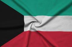 Η σημαία του Κουβέιτ απεικονίζεται σε ένα ύφασμα αθλητικών υφασμάτων με πολλές πτυχές Έμβλημα αθλητικών ομάδων στοκ εικόνες με δικαίωμα ελεύθερης χρήσης