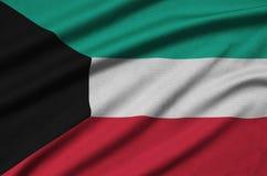 Η σημαία του Κουβέιτ απεικονίζεται σε ένα ύφασμα αθλητικών υφασμάτων με πολλές πτυχές Έμβλημα αθλητικών ομάδων στοκ εικόνα με δικαίωμα ελεύθερης χρήσης