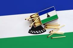 Η σημαία του Λεσόθο παρουσιάζεται σε ένα ανοικτό σπιρτόκουτο, από το οποίο διάφορες αντιστοιχίες αφορούν και βρίσκονται μια μεγάλ στοκ φωτογραφίες
