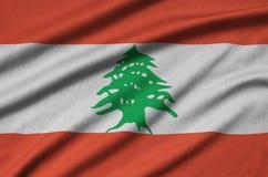 Η σημαία του Λιβάνου απεικονίζεται σε ένα ύφασμα αθλητικών υφασμάτων με πολλές πτυχές Έμβλημα αθλητικών ομάδων στοκ εικόνες με δικαίωμα ελεύθερης χρήσης