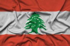 Η σημαία του Λιβάνου απεικονίζεται σε ένα ύφασμα αθλητικών υφασμάτων με πολλές πτυχές Έμβλημα αθλητικών ομάδων στοκ εικόνες