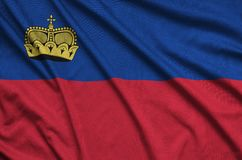 Η σημαία του Λιχτενστάιν απεικονίζεται σε ένα ύφασμα αθλητικών υφασμάτων με πολλές πτυχές Έμβλημα αθλητικών ομάδων στοκ φωτογραφία