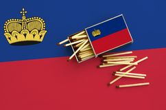 Η σημαία του Λιχτενστάιν παρουσιάζεται σε ένα ανοικτό σπιρτόκουτο, από το οποίο διάφορες αντιστοιχίες αφορούν και βρίσκονται μια  στοκ εικόνες με δικαίωμα ελεύθερης χρήσης