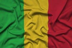 Η σημαία του Μαλί απεικονίζεται σε ένα ύφασμα αθλητικών υφασμάτων με πολλές πτυχές Έμβλημα αθλητικών ομάδων στοκ φωτογραφίες