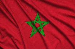 Η σημαία του Μαρόκου απεικονίζεται σε ένα ύφασμα αθλητικών υφασμάτων με πολλές πτυχές Έμβλημα αθλητικών ομάδων στοκ φωτογραφίες με δικαίωμα ελεύθερης χρήσης