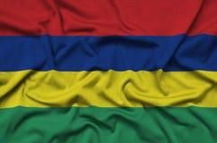 Η σημαία του Μαυρίκιου απεικονίζεται σε ένα ύφασμα αθλητικών υφασμάτων με πολλές πτυχές Έμβλημα αθλητικών ομάδων στοκ εικόνες με δικαίωμα ελεύθερης χρήσης