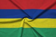 Η σημαία του Μαυρίκιου απεικονίζεται σε ένα ύφασμα αθλητικών υφασμάτων με πολλές πτυχές Έμβλημα αθλητικών ομάδων στοκ εικόνα