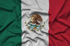 Η σημαία του Μεξικού απεικονίζεται σε ένα ύφασμα αθλητικών υφασμάτων με πολλές πτυχές Έμβλημα αθλητικών ομάδων στοκ φωτογραφία με δικαίωμα ελεύθερης χρήσης