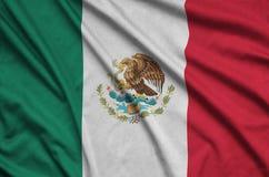 Η σημαία του Μεξικού απεικονίζεται σε ένα ύφασμα αθλητικών υφασμάτων με πολλές πτυχές Έμβλημα αθλητικών ομάδων στοκ εικόνα
