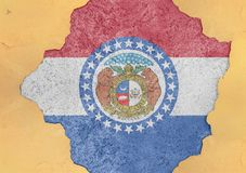 Η σημαία του Μισσούρι αμερικανικού κράτους χρωμάτισε στη συγκεκριμένη τρύπα και ράγισε τον τοίχο στοκ φωτογραφία με δικαίωμα ελεύθερης χρήσης