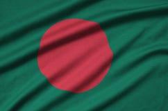 Η σημαία του Μπανγκλαντές απεικονίζεται σε ένα ύφασμα αθλητικών υφασμάτων με πολλές πτυχές Έμβλημα αθλητικών ομάδων στοκ εικόνες με δικαίωμα ελεύθερης χρήσης