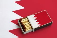 Η σημαία του Μπαχρέιν παρουσιάζεται σε ένα ανοικτό σπιρτόκουτο, το οποίο γεμίζουν με τις αντιστοιχίες και βρίσκεται σε μια μεγάλη στοκ φωτογραφίες