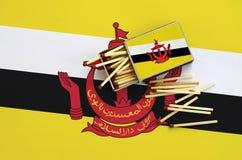 Η σημαία του Μπρουνέι Darussalam παρουσιάζεται σε ένα ανοικτό σπιρτόκουτο, από το οποίο διάφορες αντιστοιχίες αφορούν και βρίσκον στοκ εικόνες