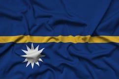 Η σημαία του Ναούρου απεικονίζεται σε ένα ύφασμα αθλητικών υφασμάτων με πολλές πτυχές Έμβλημα αθλητικών ομάδων στοκ εικόνα με δικαίωμα ελεύθερης χρήσης