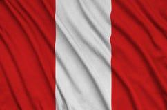 Η σημαία του Περού απεικονίζεται σε ένα ύφασμα αθλητικών υφασμάτων με πολλές πτυχές Έμβλημα αθλητικών ομάδων στοκ φωτογραφίες με δικαίωμα ελεύθερης χρήσης
