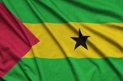 Η σημαία του Σάο Τομέ και Πρίντσιπε απεικονίζεται σε ένα ύφασμα αθλητικών υφασμάτων με πολλές πτυχές Έμβλημα αθλητικών ομάδων στοκ φωτογραφίες με δικαίωμα ελεύθερης χρήσης