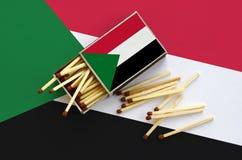 Η σημαία του Σουδάν παρουσιάζεται σε ένα ανοικτό σπιρτόκουτο, από το οποίο διάφορες αντιστοιχίες αφορούν και βρίσκονται μια μεγάλ στοκ φωτογραφία με δικαίωμα ελεύθερης χρήσης