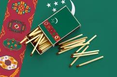 Η σημαία του Τουρκμενιστάν παρουσιάζεται σε ένα ανοικτό σπιρτόκουτο, από το οποίο διάφορες αντιστοιχίες αφορούν και βρίσκονται μι στοκ εικόνες