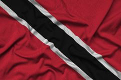 Η σημαία του Τρινιδάδ και Τομπάγκο απεικονίζεται σε ένα ύφασμα αθλητικών υφασμάτων με πολλές πτυχές Έμβλημα αθλητικών ομάδων στοκ φωτογραφία