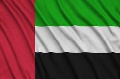 Η σημαία των Ηνωμένων Αραβικών Εμιράτων απεικονίζεται σε ένα ύφασμα αθλητικών υφασμάτων με πολλές πτυχές Έμβλημα αθλητικών ομάδων στοκ εικόνες